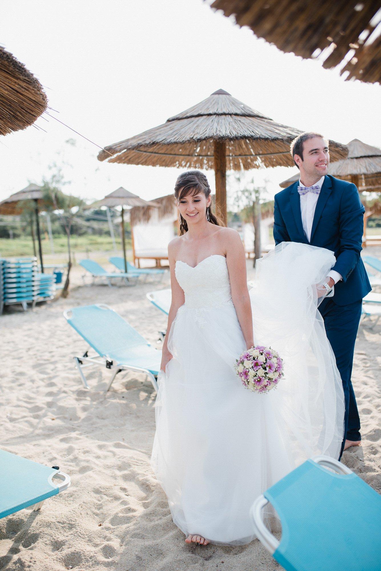 Младоженецът Даян помага с роклята