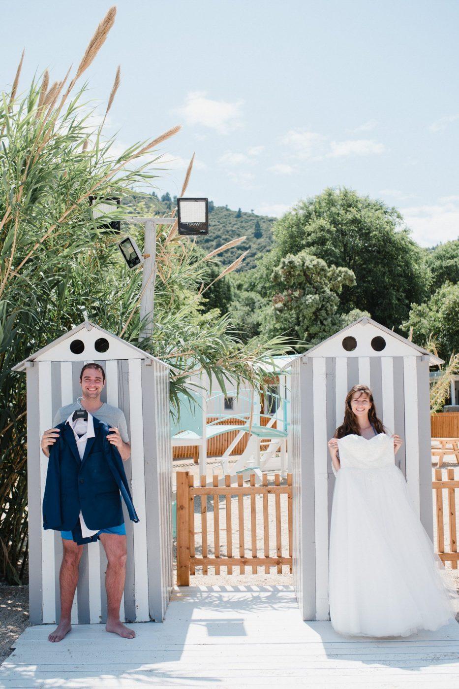 Младоженците позират със сватбения костюм и сватбената рокля