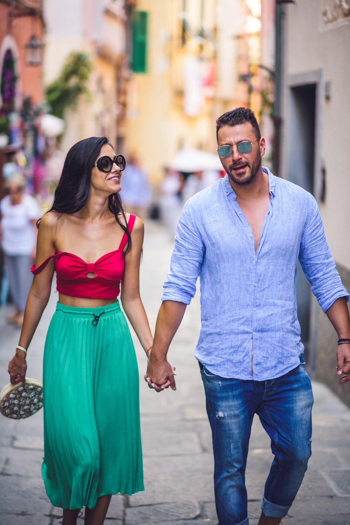 Сватба в Италия - Младоженци се разхождат по улиците на Порто Венере