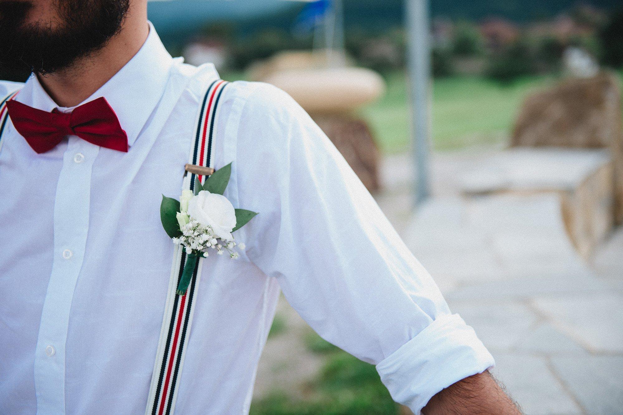 бутониера на ревера на младоженеца