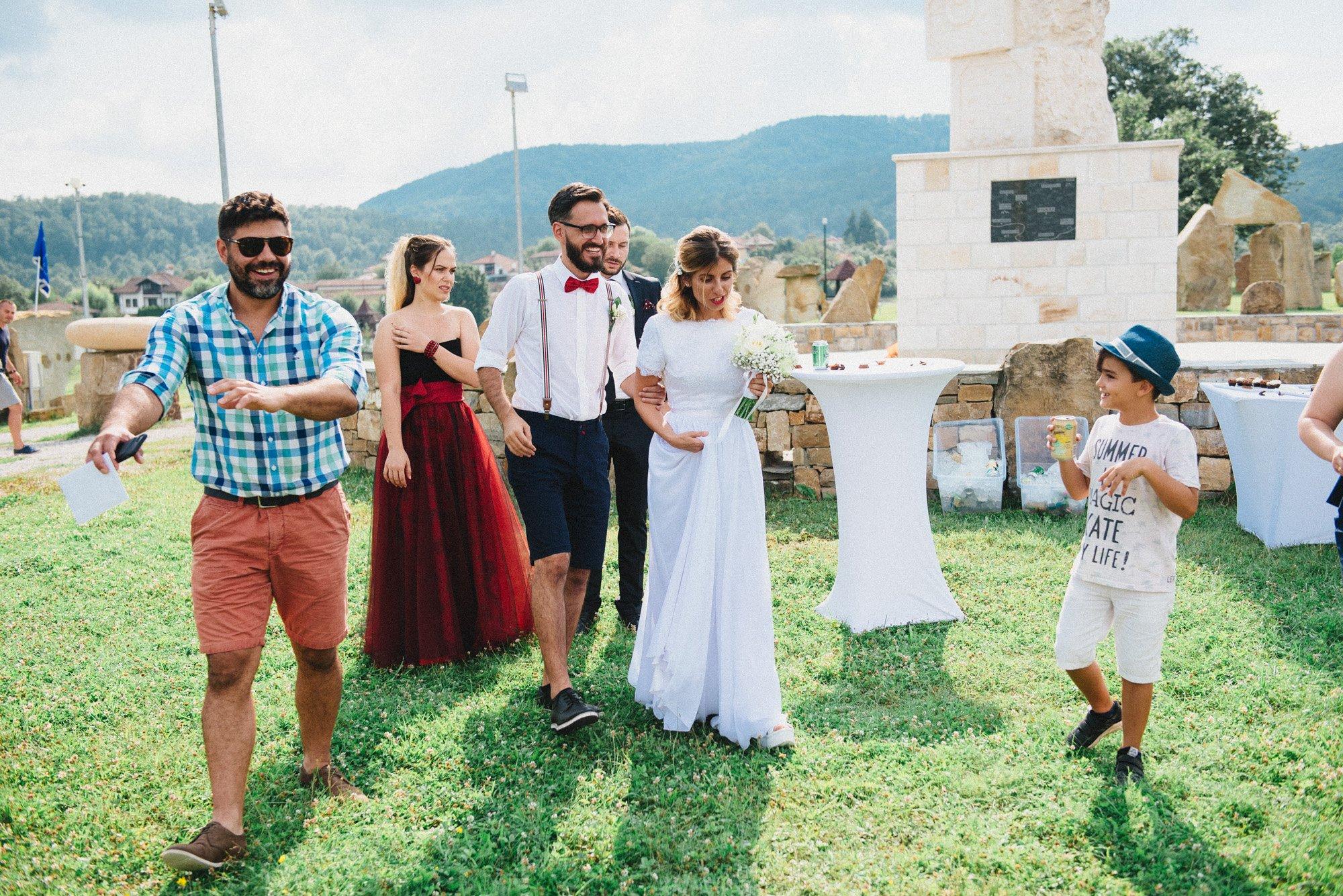 Младоженци и кумове се насочват към брачната арка