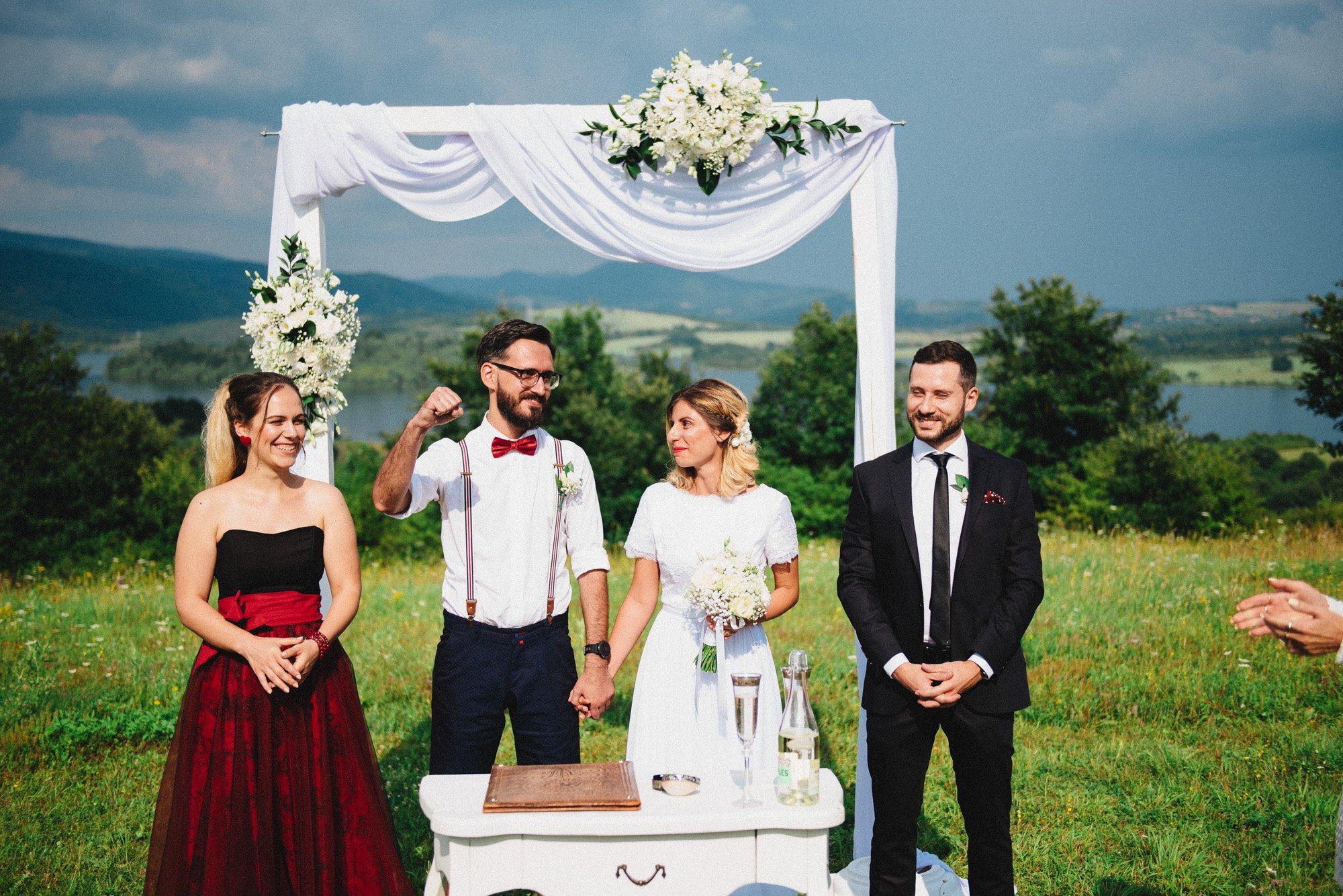 Младоженецът, вдигнал победоносно ръка във въздуха