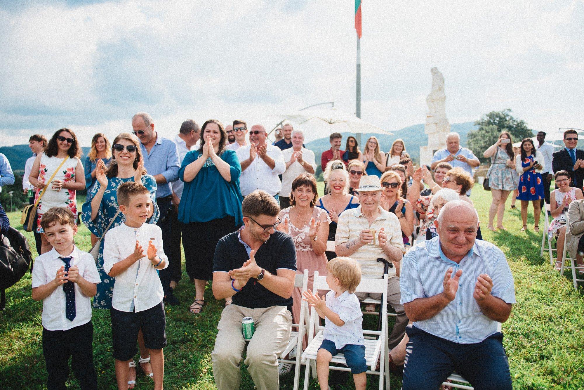 Гостите и роднините аплодират двамата влюбени