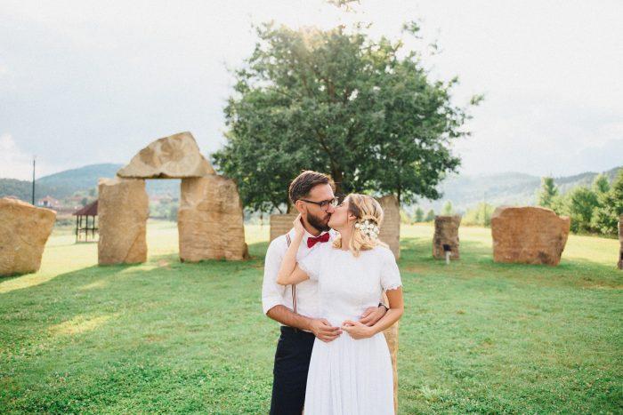 Митко целува Елена на фона на Българския Стоунхендж