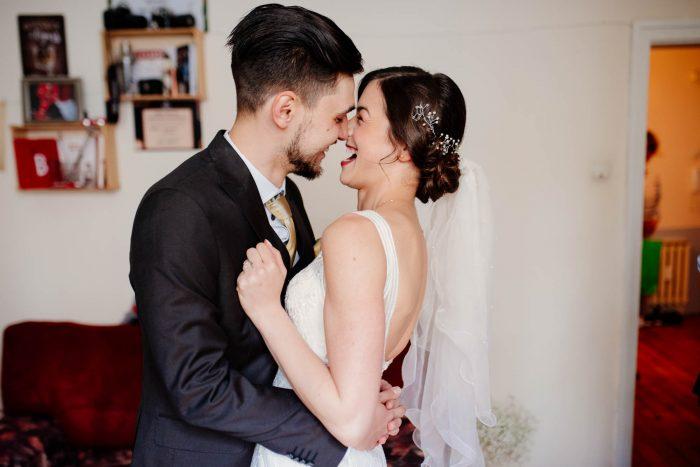 младоженците се целуват