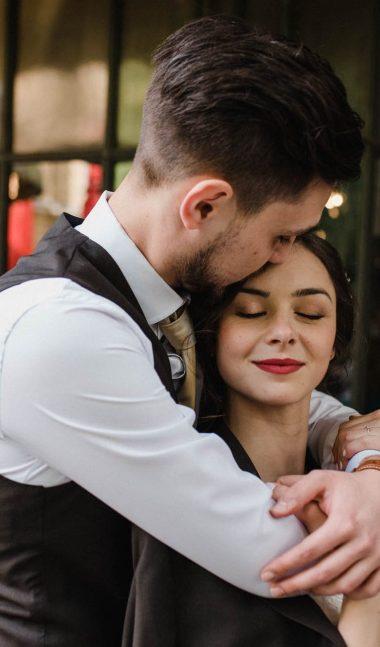 Романтичен момент между младоженците