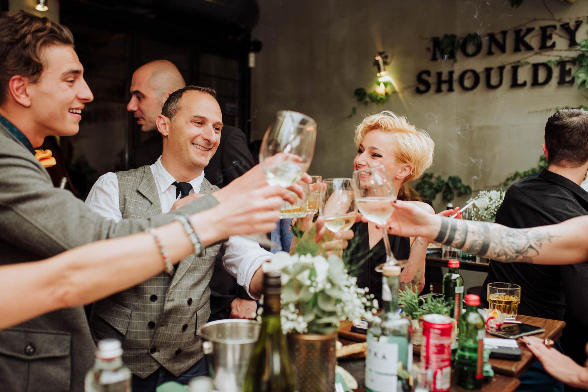 Наздравица между гостите на сватбата