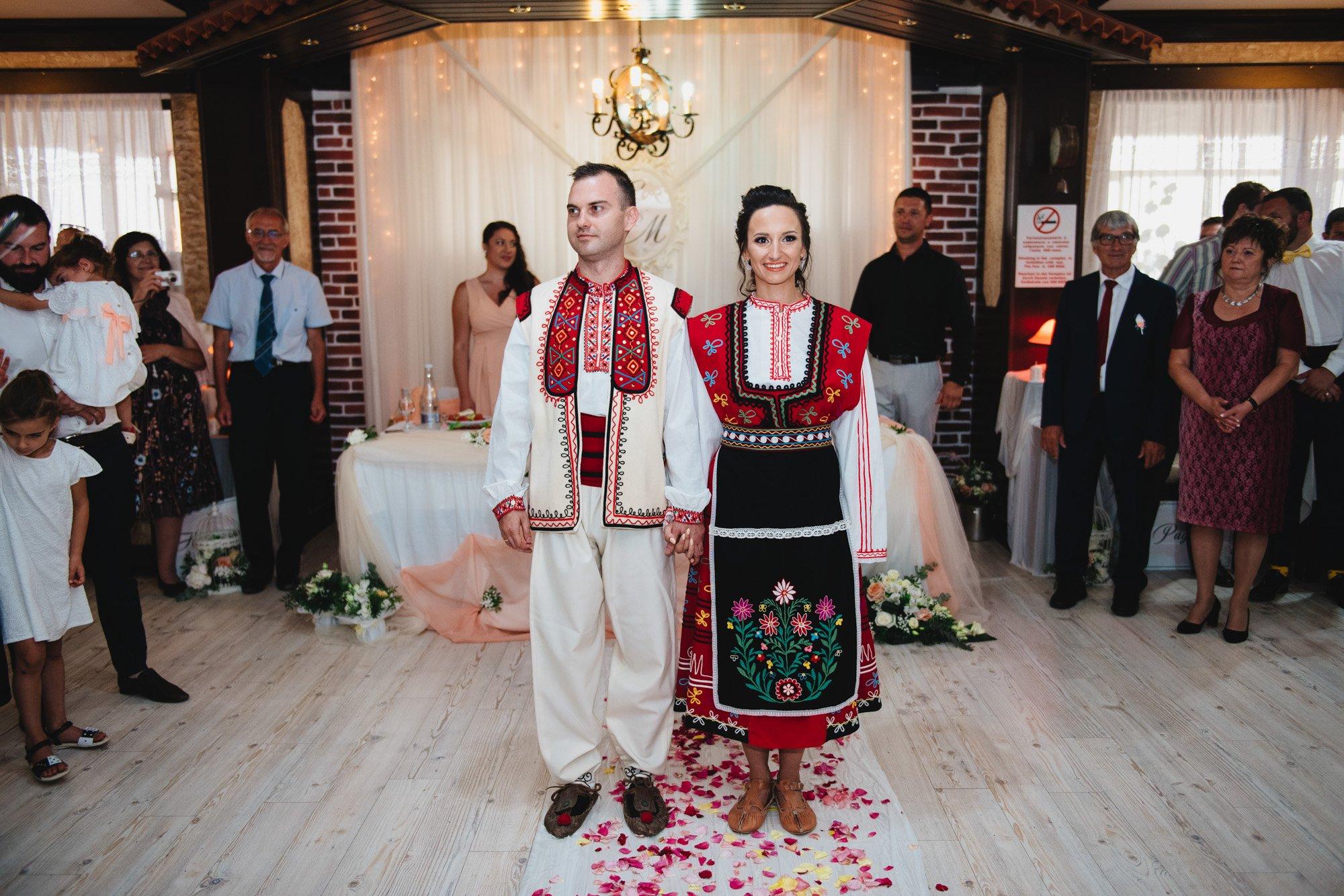 младоженци в народни носии